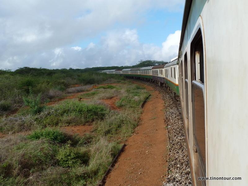 Der Zug nach Mombasa ist ganz schön lang - ist mir am Bahnhof in Nairobi gar nicht so aufgefallen