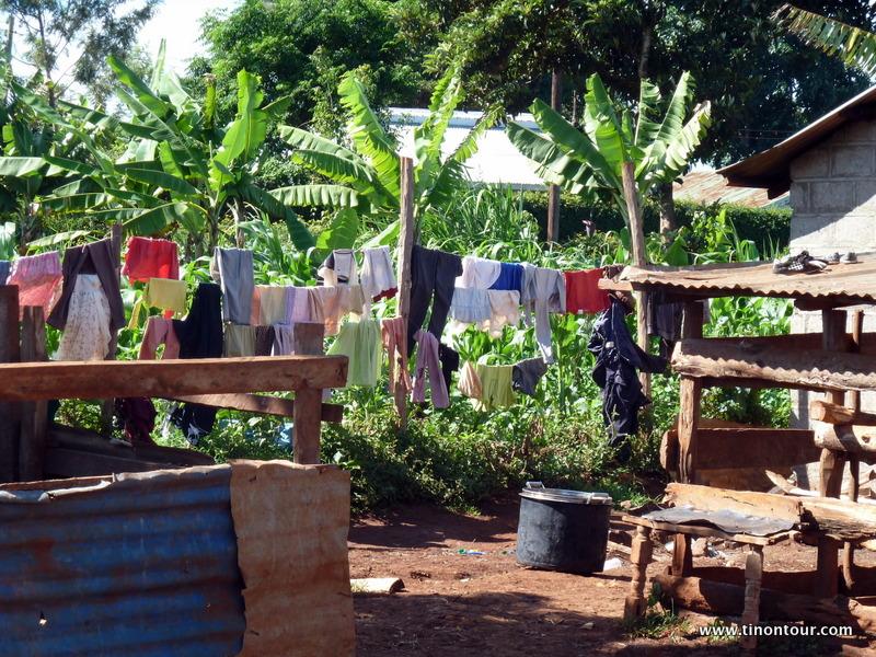 Der Anblick prägte irgendwie das Kinderheim in Gathiga - farbige Kleidung überall zum Trocknen.