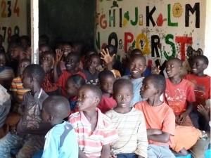 Kinder im Schulraum