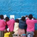 Kinder malen an blauer Wand (Gathiga 2010)