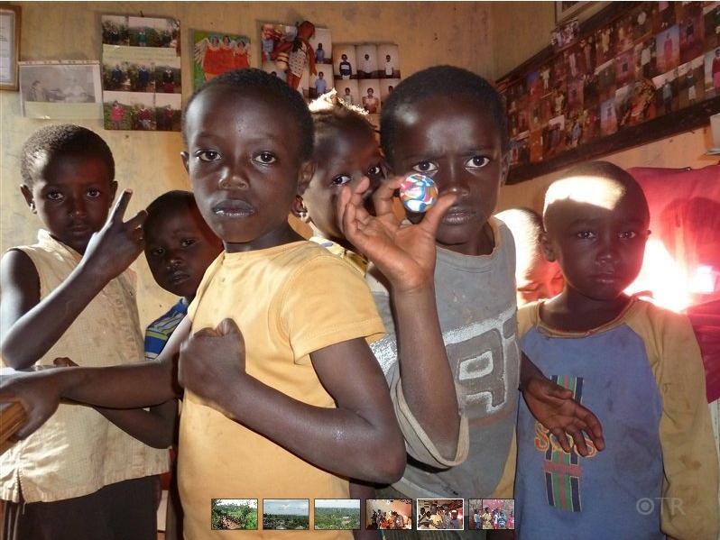 obdachlose, aber strahlende Kinder posieren vor meiner Kamera