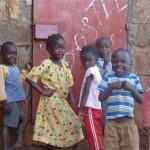 vor dem Lagerraum posieren die Kinder