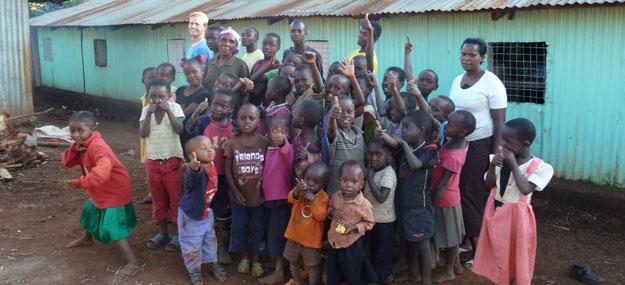 Gruppenbild im Kinderheim in Kihara