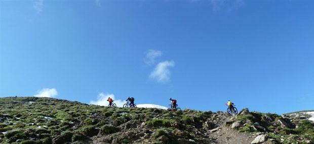 Radfahrer auf dem Bergkamm