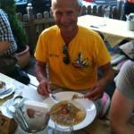 Gerd mit einer stärkenden Mahlzeit