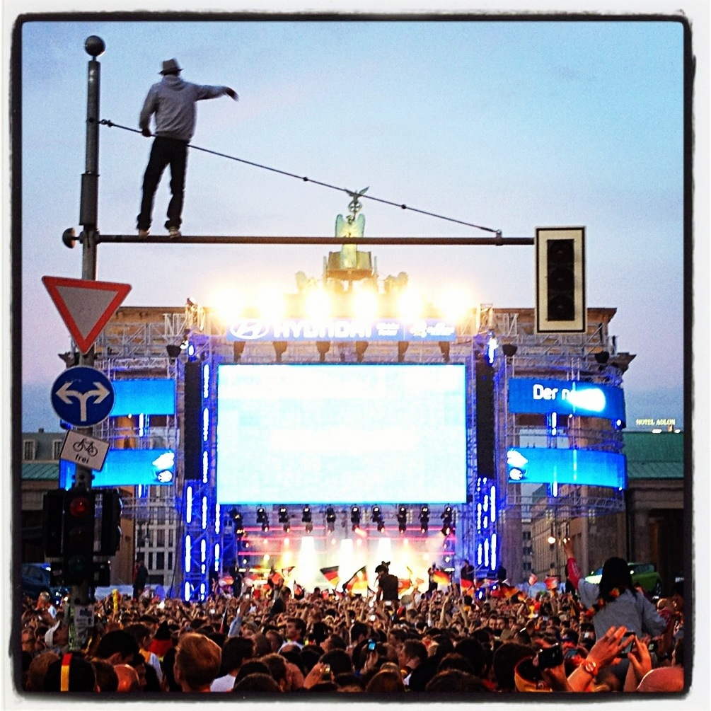 EM 2012 - Fanmeile Berlin (Mann auf Ampel vorm Brandenburger Tor)
