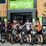 Die Radfahrer vorm Start (von vorn)