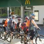 Die Radfahrer vorm Start (von hinten)