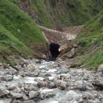 Oberstdorf 2012: Schmelzwasser untertunnelt die Schnee- und Eisdecke