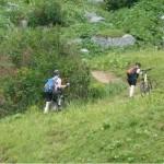Transalp 2011   Tag 01: Rad schieben auf der Wiese