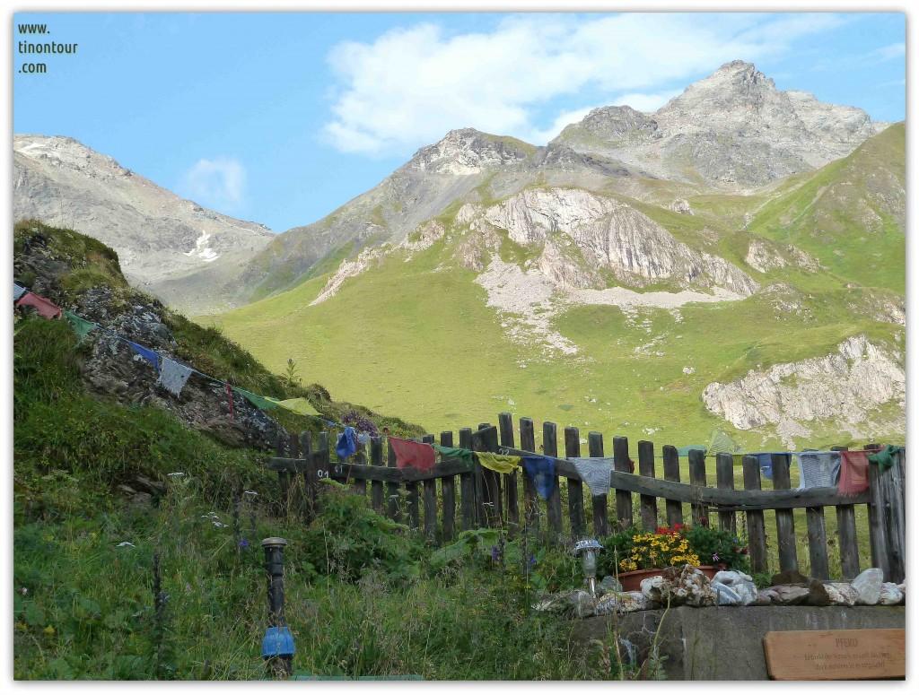 Bunte Fähnchen im Wind an der Heidelberger Hütte