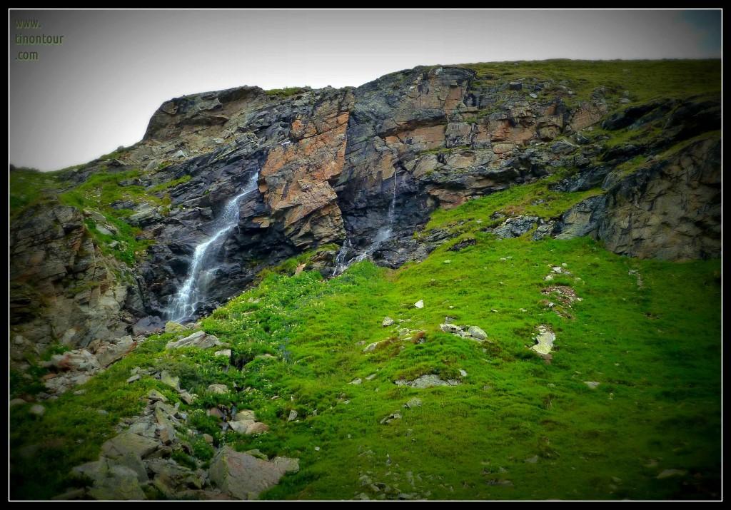 Kleine Wasserfälle und saftig grüne Wiesen