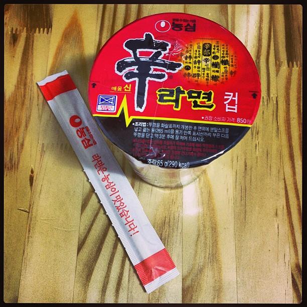 Koreanischer Mitternachtssnack: einfach mit Wasser aufgießen und fertig ist das Nudelgericht ;)