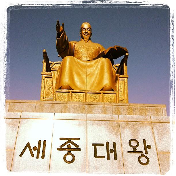 Beeindruckend: Statue von King Sejong the Great (was für ein Name) auf dem Gwanghwamun Square vor dem Gyeongbokgung Palace in Seoul (Südkorea)