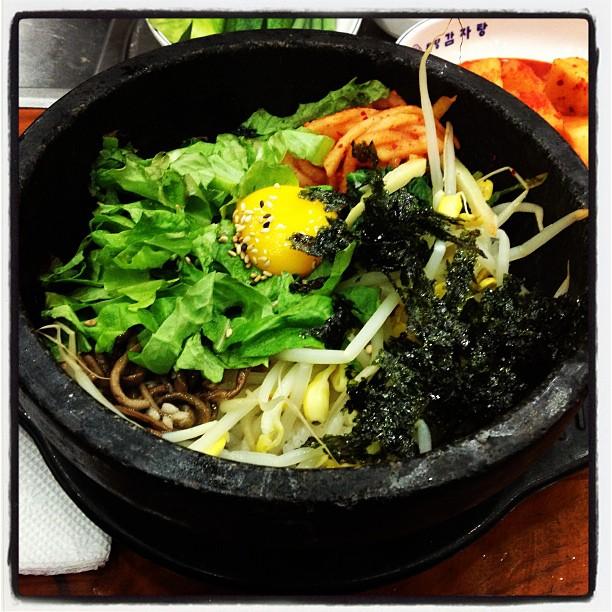 Leckeres Bibimbap im heißen Stein (in einem Restaurant in Seoul)