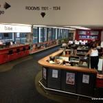 Kaffee- und Computerecke im Base Hostel in Auckland