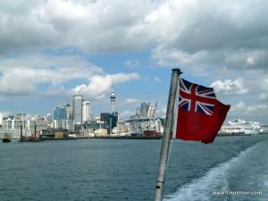 Skyline von Auckland und Fahne von Neuseeland