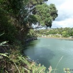 Fluss von den Harura Falls in den Ozean