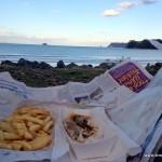 Fish & Chips am Strand zur Belohnung nach dem Joggen