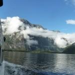 Die Wolken der frühen Morgenstunden verschwinden langsam (Milford Sound)