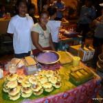süße Leckereien zum Nachtisch am Straßenstand - und im Hintergrund Balut