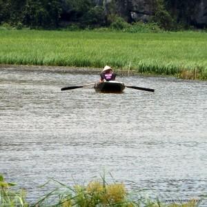 Blick auf den Fluss in der Nähe vom Thai Vi Tempel ... und wie man sieht wird hier mit dem Fuß gerudert