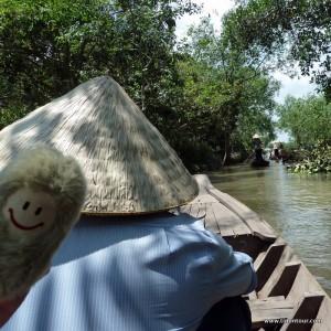 Die Puffbohne genießt die Bootstour durch die kleinen Kanäle