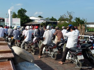 Mit dem Moped auf einer Fähre ... alle schon startklar und die Fähre hat kaum angelegt und alle fahren (scheinbar unkoordiniert) gemeinsam los.