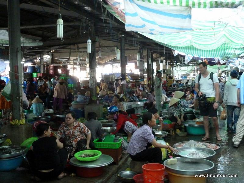 """Markthalle in Vin Lonh ... jede Menge frischer Fisch und anderes """"Getier"""" was Fluss und Ozean so bieten kann man hier erwerben. Für uns Europäer ein zunächst gewöhnungsbedürftiger Anblick ... mir allerdings um einiges lieber, als die Hallen mit Frischfleisch wo es mir leider wirklich immer schlecht geworden ist."""