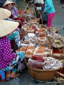Händerlinnen verkaufen am Straßenrand nicht immer definierbare, aber meist gut aussehende und gut riechende, Gewürze.