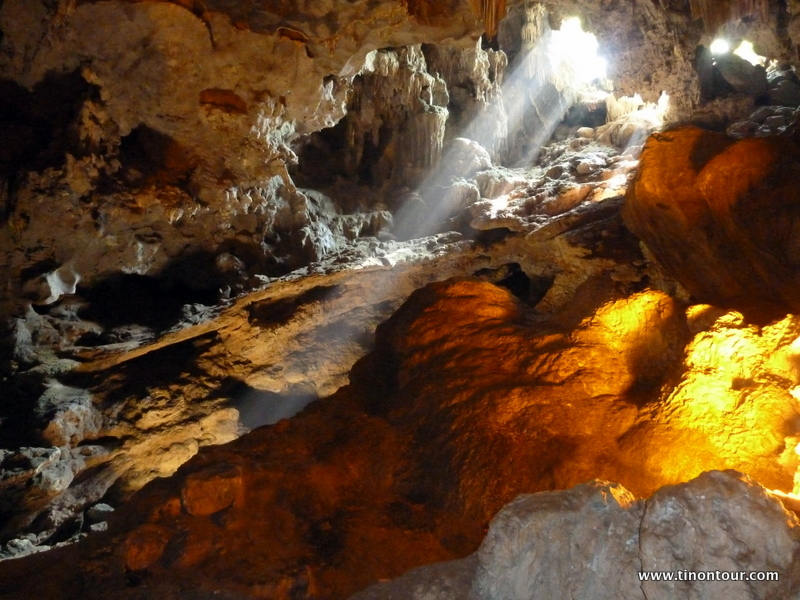 Höhle in der Halong Bucht
