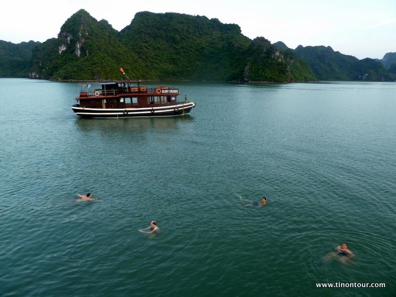 Schwimmen in der Halong Bucht