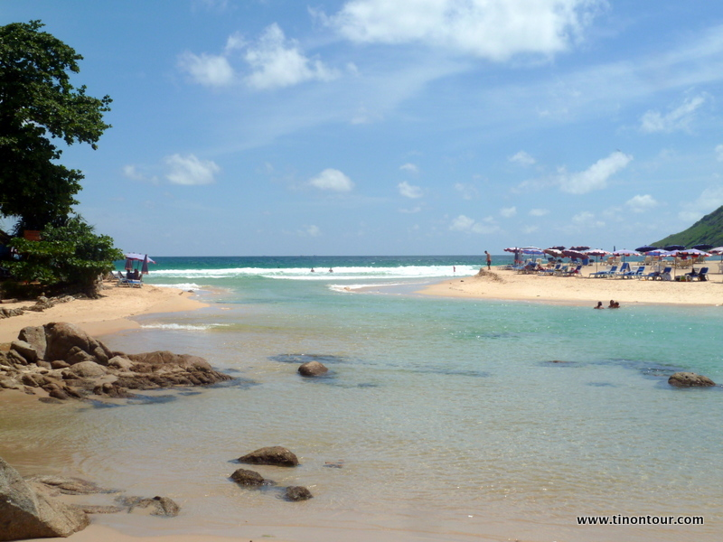eigentlich der einzige Strand wo ich war: Nai Harn Beach ... soll aber auch einer der schönsten sein und ist vor allem nicht so überlaufen. Vom Trainingscenter sind es ca. 20min mit dem Roller oder 30min mit dem Taxi (Stau)