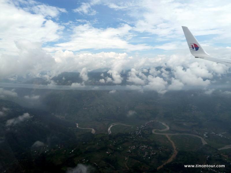 Flug über das Kathmandu-Tal (von Kuala Lumpur mit Malaysia Airlines) - leider ist das Himalaya-Gebirge im Hintergrund aufgrund der Wolken kaum zu sehen