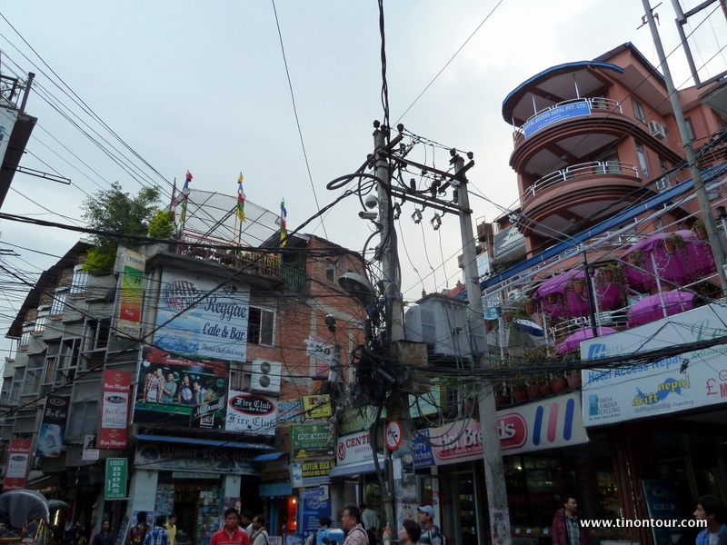 Schilder und noch mehr Schilder und kreuz und quer sind Stromkabel gespannt - nicht selten auch über den Fußweg in Kopfhöhe