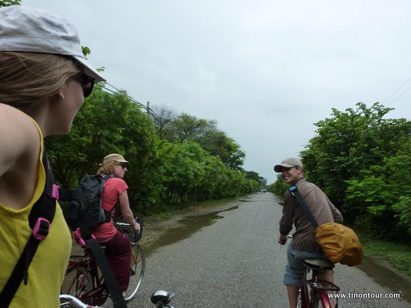 Mit dem Fahrrad haben wir den Relegionspark in Lumbini erkundigt