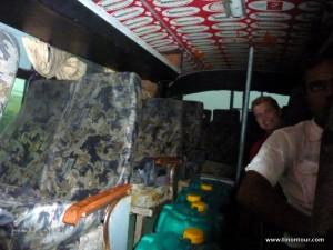 Hier war der Expressbus noch leer - schön zu sehen aber die Fässer im Gang