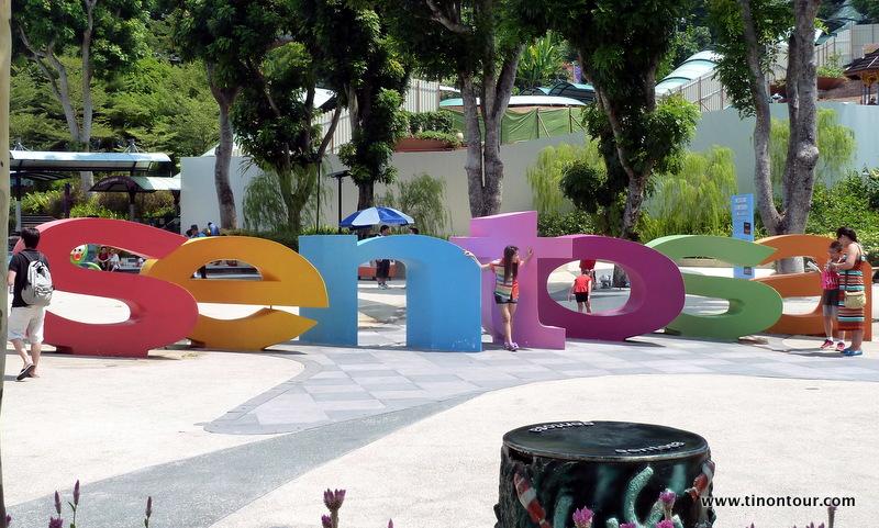 Sentosa Buchstaben vor der Merlion Figuar; Suchbild: Wo ist die Puffbohne ?
