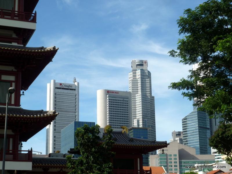 An manchen Stellen in der Stadt sieht man Tradition (Tempel) und Moderne (Hochhäuser) zusammen.