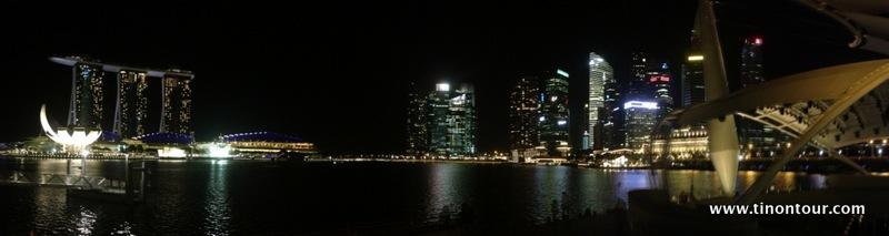 Panorama mit dem Marina Bay Sands und den Hochhäusern des Finanzviertels von Singapur (fotografiert von Marina Promenade aus)