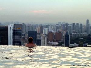 Ach, ist das schön - Blick vom Pool auf die Skyline von Singapur