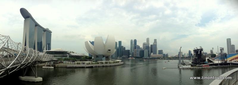 Panoramabild von Singapur mit dem Marina Bay Sands, dem ArtScience Museum und den Finanztürmen