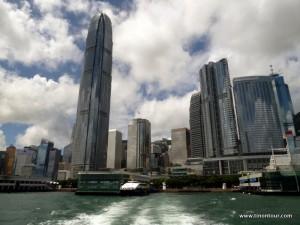 Bei der Abfahrt mit der Fähre von Hong Kong in Richtung Lamma Island kann man den Blick auf die Skyline vom Wasser aus entspannt genießen