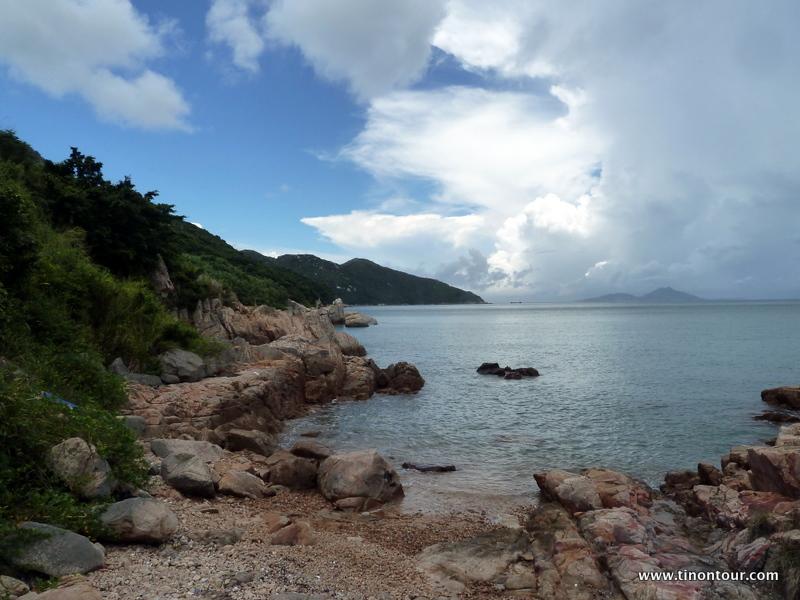 Blick vom Strand auf Lamma Island entlang der Küste