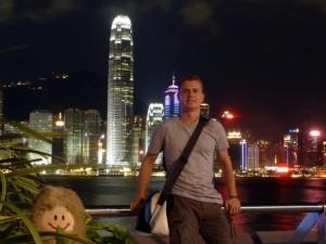 Seltenheit: die Puffbohne und ich auf einem Foto und das auch noch vor der Skyline von Hong Kong