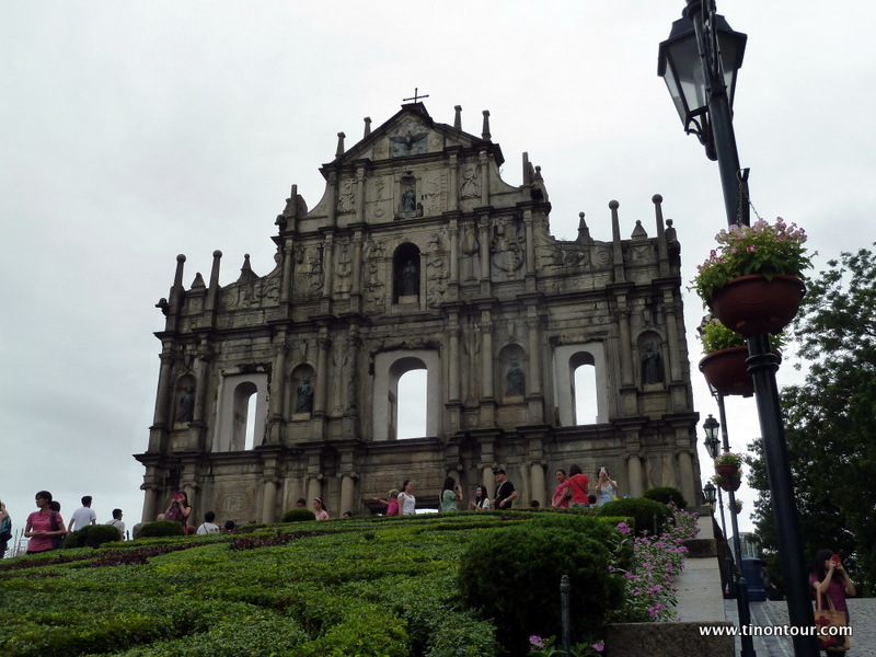 """Die Ruine der St. Paul's Kirche auf Macau - außer dieser """"Wand"""" steht nichts mehr - im Keller sind noch ein paar alte Mauern und Gegenstände zu bewundern."""