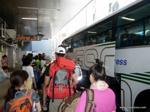 Los ging es in Shinjuku an der Busstation - von hier aus fährt stündlich ein Bus zum Mt. Fuji für 2.600 JPY (Stand August 2013)