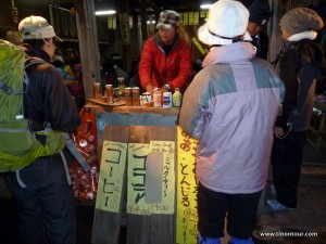 Oben angekommen warteten verschiedene Souvenirläden und Essensbuden auf die vielen Wanderer ... dieser Stand hat mich heißem (Dosen-)Kaffee wach gehalten.