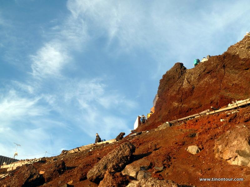 Sind das nicht tolle Farben? Strahlend blauer Himmel, weiße Wölkchen und rotbraunes Gestein des Mt. Fuji im Sonnenschein ... hätte Stunden hier verweilen können.