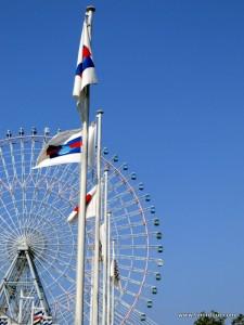 Das Tempozan Giant Ferris Wheel (Riesenrad) direkt am Aquarium in Osaka